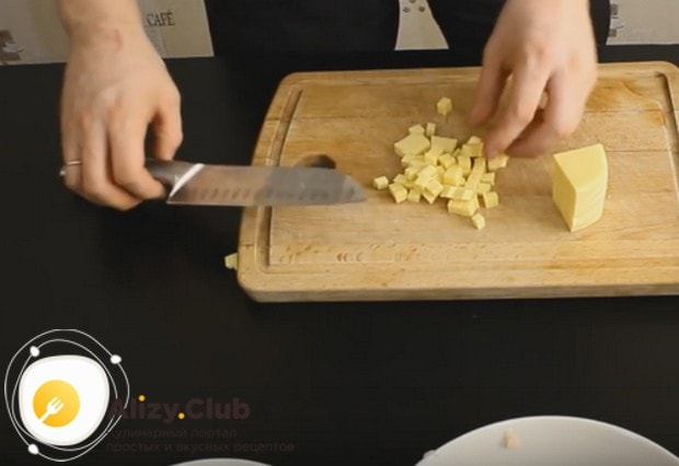 Чтобы приготовить котлеты с сыром внутри, как в нашему рецепте с фото, твердый сыр нарезаем кубиками.