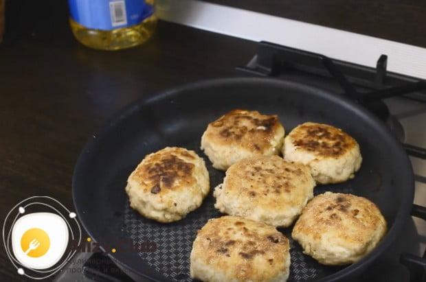 Жарим котлеты с сыром на сковороде с обеих сторон.