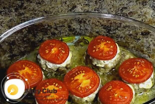 Запекаем котлеты с помидорами и сыром в духовке и вынимаем для еще одного маленького вкусного нюанса.