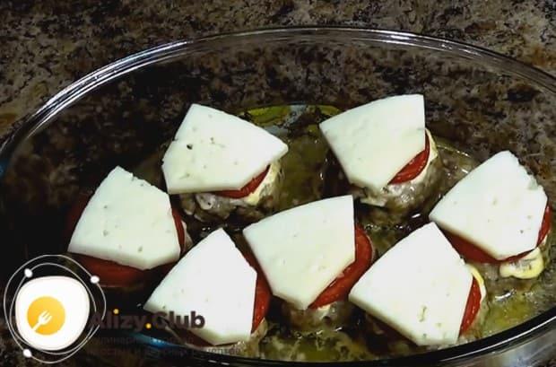 Мягкий сыр режем пластинами и выкладываем на почти готовые котлеты, а затем отправляем их в духовку, чтобы сыр расплавился.