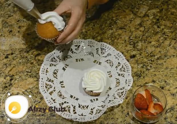 По этому рецепту с фото вы сможете приготовить идеальный крем для кексов, которым можно украсить их сверху.