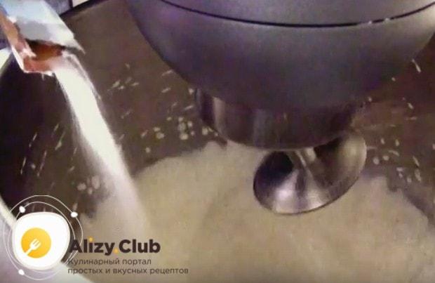 К сливкам добавляем ванильный сахар и загуститель.