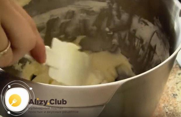 Аккуратно вводим в массу взбитые и охлажденные сливки.