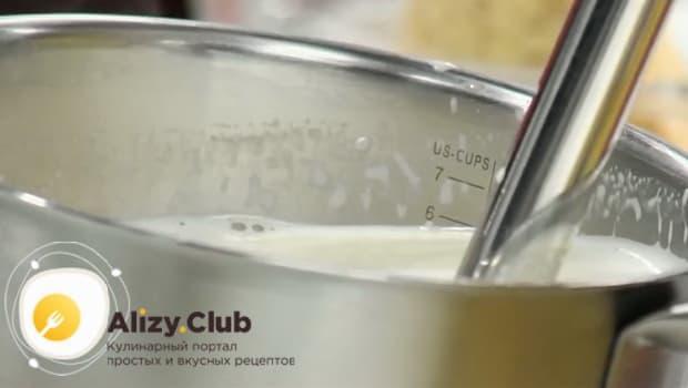 Для приготовления супа пюре из цветной капусты, перебейте блендером ингредиенты.