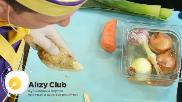 Для приготовления супа пюре из цветной капусты, очистите овощи.