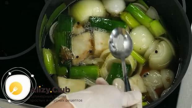 Для приготовления супа пюре из цветной капусты, приготовьте овощной бульон.