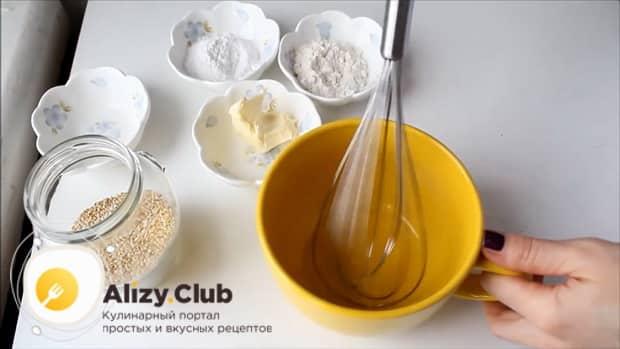 Взбейте белки для приготовления кунжутного печенья.