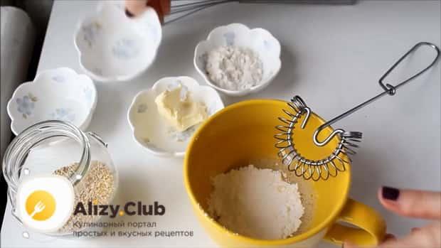 Добавьте сахарную пудру в тесто для приготовления кунжутного печенья.