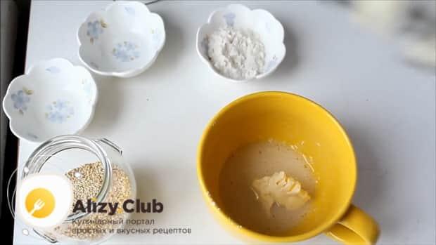 Добавьте масло в тесто для приготовления кунжутного печенья.
