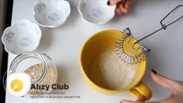 Добавьте муку в тесто для приготовления кунжутного печенья.