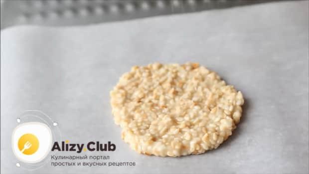 Выложите кунжутное печенье на противень,