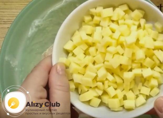 Маленьким кубиком нарезаем сыр.