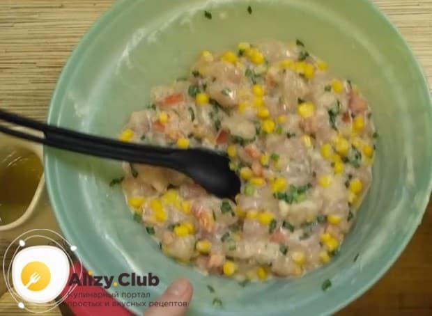 Добавляем в одну миску кукурузу, помидоры и зелень.