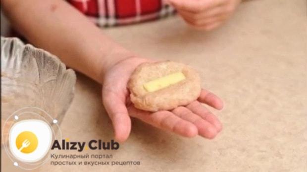 Нарезаем 120 г твёрдого сыра средней соломкой