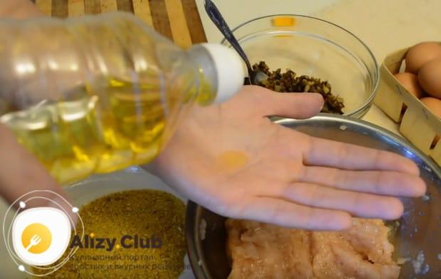 Для удобства руки смачиваем растительным маслом.