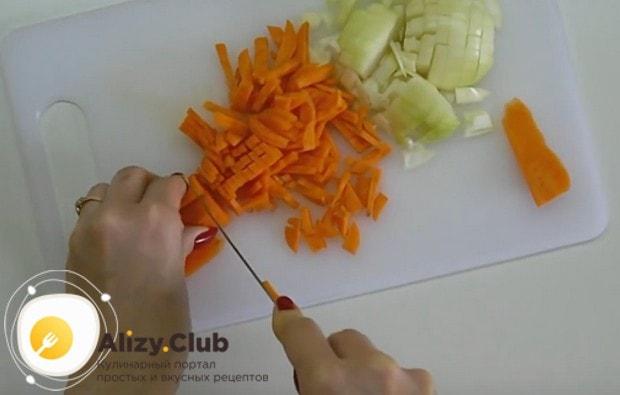 Лук и морковь режем маленькими кусочками.