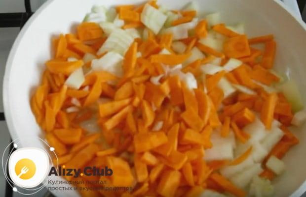 Обжариваем овощи на разогретой сковороде с растительным маслом до золотистого цвета.