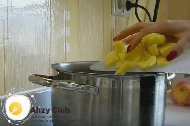 Выкладываем в бульон картошку, нарезанную кусочками.