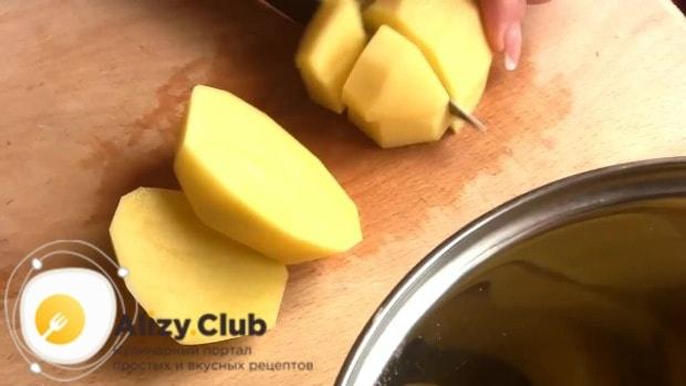 Полтора килограмма очищенного картофеля нарезать небольшими кубиками