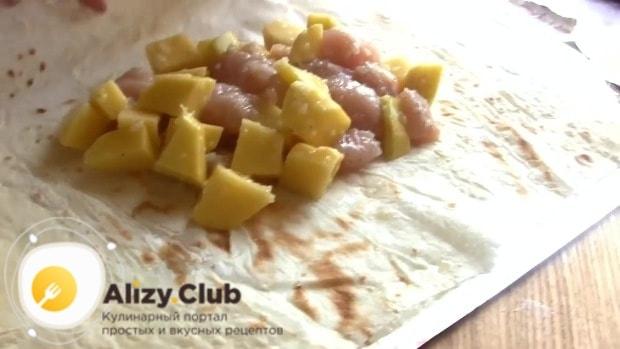 Выкладываем внутрь начинку из мяса с картофелем