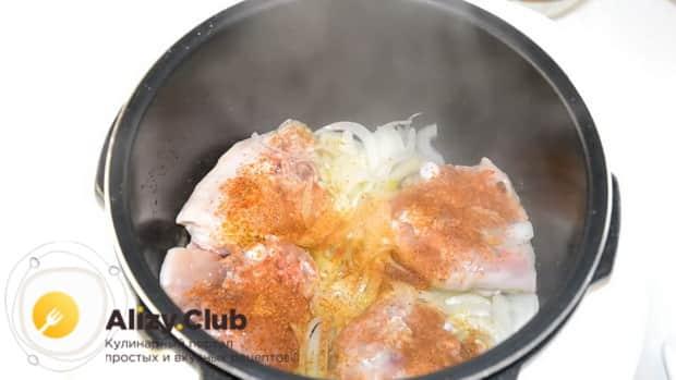 Добавьте все необходимые специи для приготовления курицы с тыквой.
