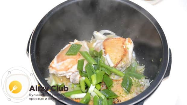 Добавьте зеленый лук для приготовления курицы с тыквой.
