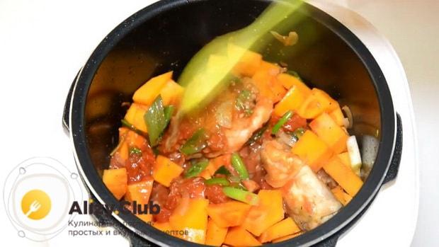Соедините все ингредиенты в чаше для приготовления курицы с тыквой.