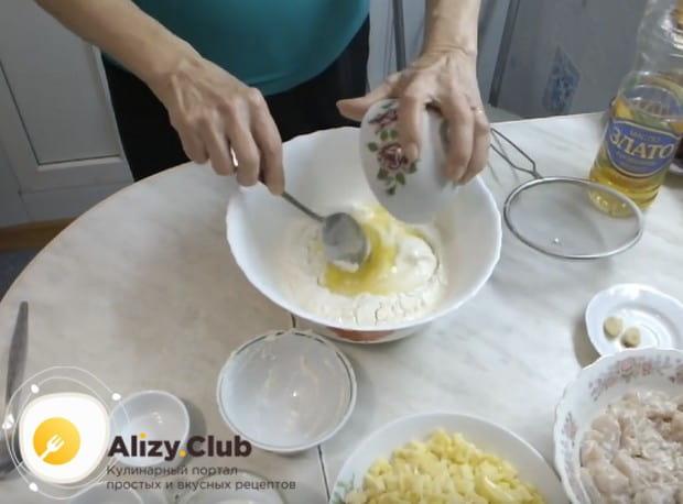 В просеянную муку добавляем сметану и яйцо.