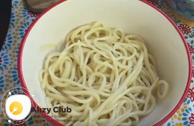 отвариваем специальную лагманную лапшу или спагетти и выкладываем ее в глубокую пиалу.