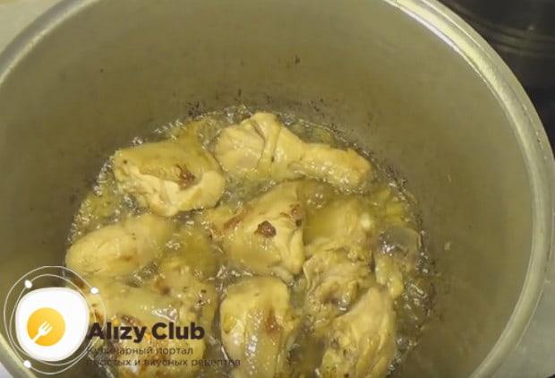 К луку добавляем куски курицы.