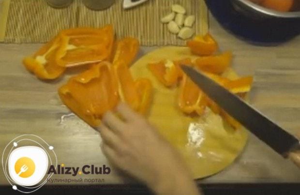 Небольшими кусочками режем болгарский перец.