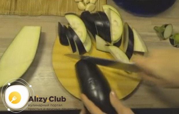 Баклажаны режем небольшими ломтиками.