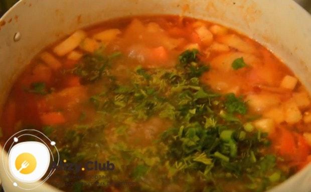 В конце готовки добавляем в блюдо измельченную зелень и чеснок.