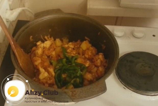 После добавлния картофеля выкладываем в казан нарезанные овощи.