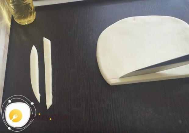 Вынимаем тесто из холодильника и реже на полоски.