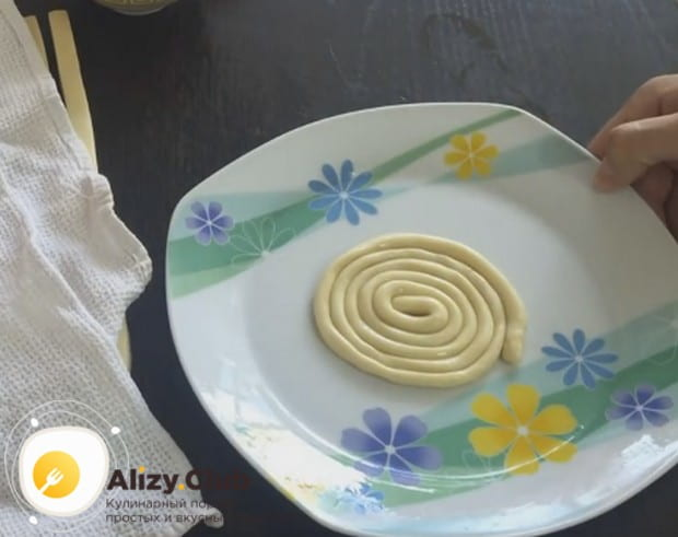 по спирали закручиваем получившуюся лапшу на смазанное растительным маслом блюдо.