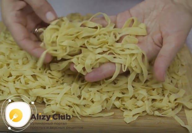 При таком методе приготовления лапшу надо просушить на доске.