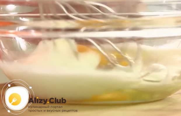 Для приготовления рулет из лаваша с крабовыми палочками, приготовьте ингредиенты для омлета.