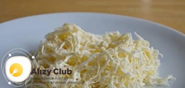 Плавленный сыр натереть на терке