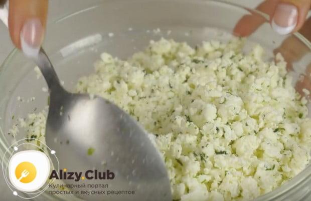 Добавляем к творогу мелко нарезанную зелень и перемешиваем.
