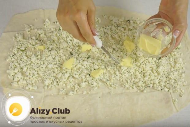 На начинку раскладываем несколько кусочков сливочного масла.
