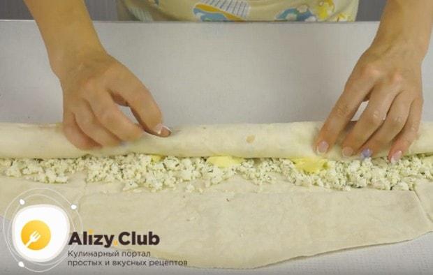 Скручиваем наш лаваш с творожным сыром в рулет.