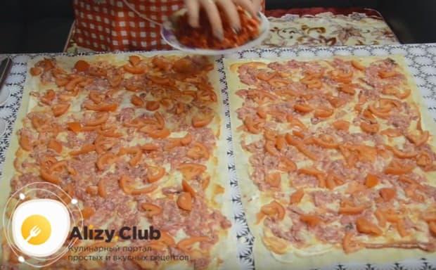 распределяем по всей поверхности заготовки нарезанные кусочками помидоры.
