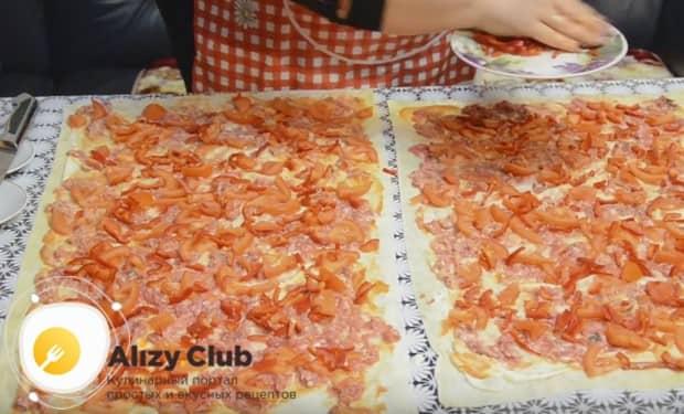 на помидоры выкладываем мелко нарезанный болгарский перец.