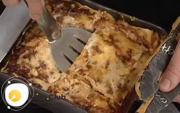 Вкусная лазанья болоньезе с соусом бешамель готова.