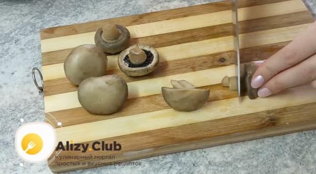 Для приготовления лазаньи из лаваша с фаршем в духовке нарежьте грибы.