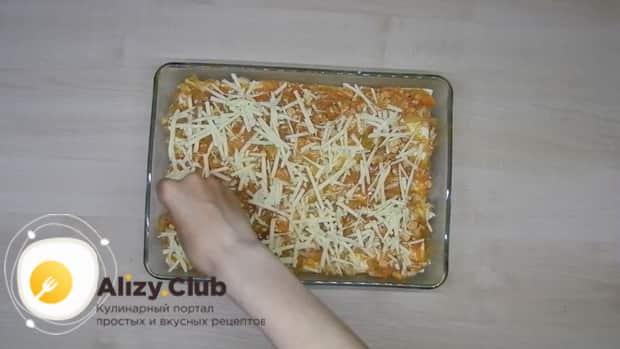 Затрите сыром верхний слой для приготовления лазаньи из лаваша