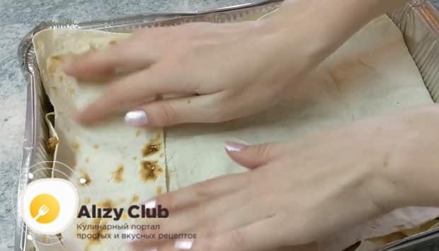 Для приготовления лазаньи из лаваша с фаршем в духовке выложите лазанью слоями.