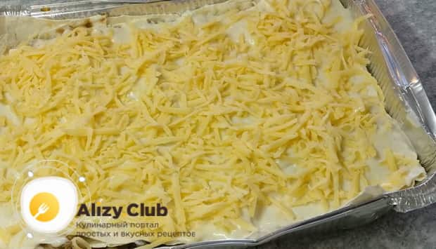 Для приготовления лазаньи из лаваша с фаршем в духовке натрите сыр.