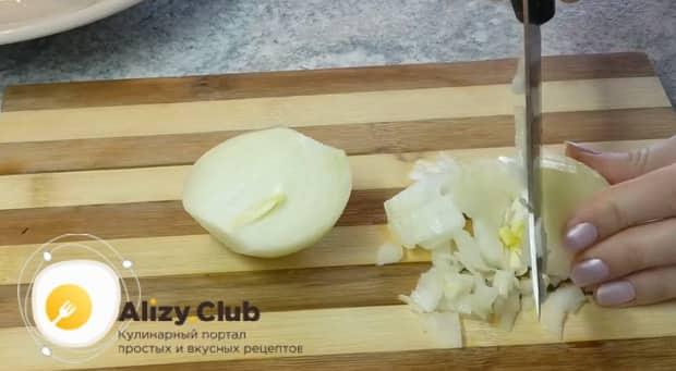 Для приготовления лазаньи из лаваша с фаршем в духовке нарежьте лук.